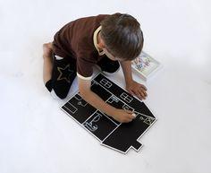 Kreslící+tabulka+domeček+Kreslící+tabulka+z+ekologického+materiálu+X-board+(lisovaný+recyklovaný+papír,+voština).+Potisk+velmi+kvatitní+tabulovou+černí.+Křídu+můžete+bez+obav+mazat+vlhkým+i+mokrým+hadrem.+Tabulky+jsem+dokonce+i+splachovala+vodou.+Pokud+se+hned+vysuší,+nic+se+jim+nestane.+Velikost+tabulky+je+30(š)+x+43(v)+cm.+Zasíláno+v+kartonových+deskách.+Lehounké.+...