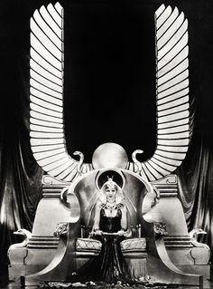 vintagegal:    Claudette ColbertinCecil B.DeMille'sCleopatra (1934)…    ❤❤❤