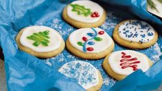 DIY simple and easy Christmas cookies decorating ideas with icing fondant and cream. Easy ideas for decorating holiday cookies for parties Easy Christmas Cookies Decorating, Easy Holiday Cookies, Christmas Baking, Cookie Decorating, Decorating Ideas, Xmas Cookies, Christmas Cakes, Holiday Baking, Christmas Treats