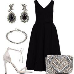 Il vestito da cerimonia o da sera, ha la gonna a ruota ed è abbinato a sandali argentei con lavorazione serpente, la piccola borsa ha pietre applicate. Abbino poi  grandi orecchini ed un bracciale che donano luce.