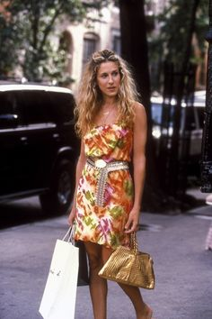 """From the impeccable style of Carrie Bradshaw, the most symbolic New York girl of the TV screens, to Jill Munro's style in """"Charlie's Angels"""", get inspired by 14 iconic fashion looks of TV series heroines. Carrie Bradshaw Outfits, Carrie Bradshaw Estilo, Carrie Bradshaw Hair, Sarah Jessica Parker, 90s Fashion, Fashion Looks, Fashion Outfits, Vivienne Westwood, Vanity Fair"""