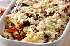 Απλό γρήγορο, εύκολο και πολύ γρήγορο φαγητό. Μια συνταγή για ζυμαρικά , πένες ή μακαρόνια με κιμά και μελιτζάνες, ελιές και τυρί φέτα. 300 γρ. κιμάς μοσχα