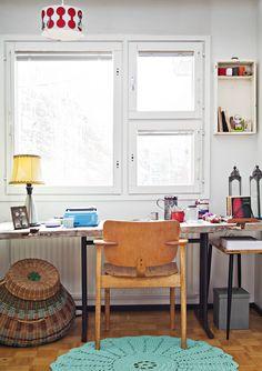 Työpiste on Miian lempipaikka. Seinähyllynä toimii vanha lipaston laatikko. Domus-tuoli löytyi kirppu-torilta Mikkelistä. Kattovalaisin ja suuri kori ovat kirpputorilöytöjä.