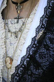 Détail de la tenue traditionnelle Provençale. (Provence, France)