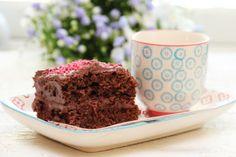 Det er mange som har spurt etter oppskrift på en enkel og saftig langpannesjokoladekake, og her kommer den endelig! Kaken er et ypperlig utgangspunkt til kreative fødselsdagskaker, eller så kan den fint benyttes slik den er med et lag med sjokoladekrem og strøssel/kokos på toppen. Dette er med andre ord også en kake som passer godt å ha med på skoleavslutninger og andre sammenkomster hvor det er stor avsetning på kakestykkene.