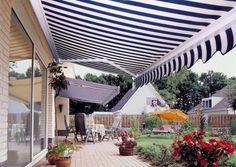 stores de terrasse en blanc et bleu foncé et balancelle de jardin