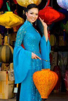 Người đẹp e ấp với áo dài nơi phố cổ.  Nguyễn Thụy Vân, Hà Nội.