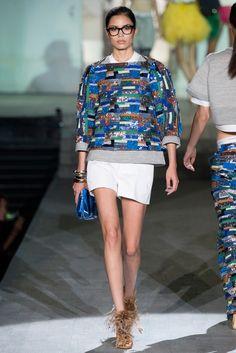 Вчерашний показ Dsquared2 на миланской неделе моды стал шумной игрой пестрых красок и неожиданных силуэтов. Основатели бренда Дин и Дэн Кейтены (Dean and Dan Caten) показали мозаичные принты на свитшотах и широких брюках, использовали геометрические формы для юбок макси, витиеватые рисунки на жакетах и плетеную каркасную обувь. Впечатляющий эффект от ярких цветов усилили вещи из пушистого меха и объемные образы в виде раскрывшихся цветочных бутонов, а некоторую сдержанность коллекции весна…
