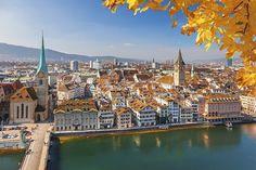 Zurich en Suisse© iStock Les couleurs flamboyantes le long de la rivière Limmat, les événements culturels et les magnifiques montagnes autour de la ville permettent d'effectuer un citytrip particulièrement varié.