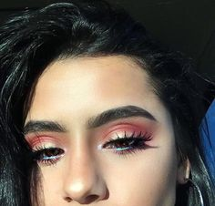 Beautiful makeup requires the perfect make-up foundation. Foundation creates a blank canvas on the face to which colors is added: eye shadow, blush & lipstick. Eye Makeup Glitter, Eye Makeup Tips, Prom Makeup, Cute Makeup, Makeup Goals, Gorgeous Makeup, Pretty Makeup, Skin Makeup, Makeup Inspo