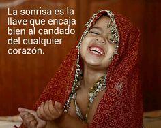 La sonrisa es la llave que encaja bien al candado del cualquier corazón .