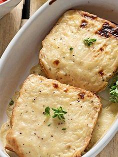ANOIGMA-croquemonsieur_212851033 Breakfast Snacks, Breakfast Time, Breakfast Recipes, Cookbook Recipes, Gourmet Recipes, Cooking Recipes, Appetisers, Greek Recipes, Different Recipes