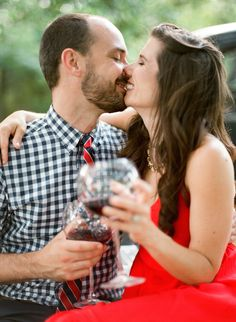 Beijo com vinho   Amanda Watson Fotografia   ver mais em: http://burnettsboards.com/2014/08/romantic-picnic-engagement/