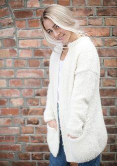 Sweater i patent - Hanneli garn - strikkekit Cardigans, Sweaters, Vest Jacket, Winter Hats, Turtle Neck, Knitting, Coat, Pattern, Jackets