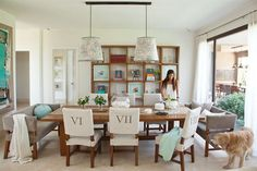 8 comedores pensados a lo grande Para maximizar el espacio de las cabeceras de la mesa, dos sillones tapizados en gris con almohadones de distintas formas y tonos. Foto: Archivo LIVING