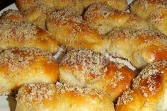 Nu există lună martie fără miros de Mucenici sau Sfinţişori! În Moldova, mucenicii nu sunt fierţi, ci făcuţi dintr-un aluat asemănător al cozonacului şi copţi în cuptor. Hmmm... DELICIOS!!! Delicious Deserts, Pretzel Bites, Martie, French Toast, Bread, Breakfast, Sweet, Desserts, Food