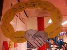 Sociaal & emotioneel: BFF- Vriendschapsketting. In subgroepjes waarden voor vriendschap verzamelen en op de schakels van de ketting schrijven. Social Skills, Classroom, Teaching, Education, Kids, Yoga For Kids, Heroes, Class Room, Young Children