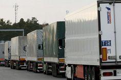 Șoferii tirurilor care vor să iasă din țara noastră către Bulgaria au de așteptat până la șase ore la coadă în punctul de trecere a graniței Giurgiu - Ruse, în această perioadă sute de autotrenuri tranzitând zilnic respectiva zonă, au declarat, vineri, pentru AGERPRES,