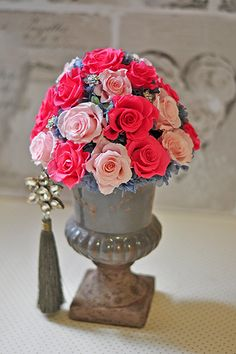 アンティーク調の花器は落ち着いた色あいで甘いピンクローズを引き立てます。 合わせる花器の色次第では、ピンクは可愛いらしいだけじゃない大人のアレンジメントになります。 重厚感のあるシックな印象で、他にはない特別なアレンジです。