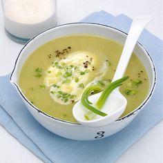 Diese Suppe können Sie gekühlt oder warm servieren. Gekühlt heißt sie Vichyssoise und warm Potage parmentier. Zum Kühlen mindestens 2 Stunden in den K...