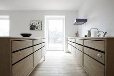 Smukt, arkitekttegnet snedkerkøkkener i ønsket træ. Vi samarbejder med en række danske arkitekter og designere, for at få unikke, moderne køkkendesigns.