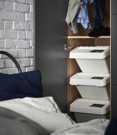 3 stablede IKEA SORTERA bokse er markeret med forskellige vasketemperaturer og bruges til at sortere vasketøj i et skab.