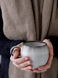 This large Sandrine mug is perfect to serve your morning cup of coffee. The cup is made of stoneware with a gloss finish and comes in a grey/brown color. The mug is handmade, meaning that each mug is unique. Pottery Designs, Mug Designs, Pottery Ideas, Pottery Mugs, Ceramic Pottery, Ceramic Cups, Ceramic Art, Cerámica Ideas, Pottery Classes
