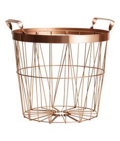 Sieh's dir an! Drahtkorb aus Metall mit Tragegriffen. Höhe 24 cm, Durchmesser oben 28 cm. – Unter hm.com gibt's noch viel mehr.