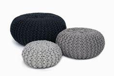 Benodigdheden poef breien   Hele dikke breinaalden; nr. 20  7 Bollen wol (acryl of anders); je breidt met 7 draden tegelijk  Voor de vullin...