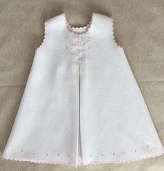 VESTIDO BEBÉ en Mis Manitas | DIY Blog de Manualidades y Reciclaje Baby Dress Design, Baby Girl Dress Patterns, Little Dresses, Little Girl Dresses, Kids Dress Wear, Dress Girl, Toddler Dress, Toddler Girls, Baby Girls