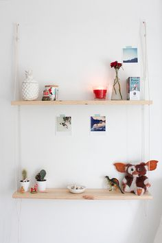 Sur le blog, comment réaliser une étagère balançoire. www.minoulechat.com
