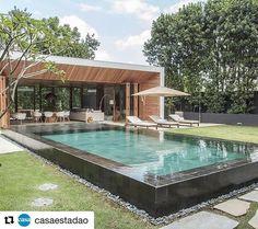 Bom dia! Nada mal para começar a semana com esse projeto de paisagismo do @gilbertoelkis mesclando na borda a Pedra Hitam e no interior da piscina Pedra Hijau! #palimanan #arquitetura #landscape #vemsegundona