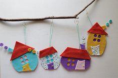 Adornos de Navidad de patchwork de colores. Un conjunto de cuatro casas de fieltro, hecho a mano de fieltro. Casa de medidas aproximada: 4- 6 (9 cm - 15 cm) Colgante del ápice medidas aproximada: 7 - 9 (18 cm - 22 cm). Se enviará cuatro casas en una gama de colores. Por favor dejarme