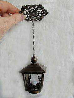 Minworks - non-working hanging street / porch light lamp made from filigrees and dollar store finds Cardboard Dollhouse, Haunted Dollhouse, Dollhouse Miniatures, Dollhouse Ideas, Miniature Crafts, Miniature Houses, Miniature Dolls, Miniature Tutorials, Miniature Furniture