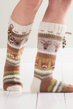 Ruskan värit ja metsän eläimet vuorottelevat nyörein somistetuissa kirjoneulesukissa. Crochet Socks, Knitted Slippers, Slipper Socks, Knitting Socks, Hand Knitting, Knit Crochet, Knitting Charts, Knitting Patterns, Woolen Socks