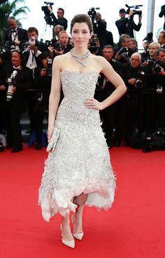 Jessica Biel lleva vestido blanco con bordados y plumas, de Marchesa (colección otoño-invierno 2012-2013) en el Festival de Cannes 2013