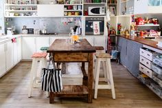 The kitchen island was bought online at MercadoLibre.