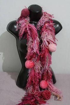 Cachecol de lã ,fios e pompons varios tons de rosa. R$ 55,00