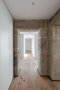 Palete de materiais simples e a ser utilizada por toda a casa. Madeira/ pedra/ tinta branca