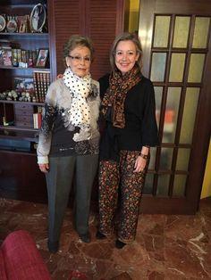 Maripi cin fular y Pilar  con pantalon, fylar y blusa de seda Julunggul. www.julunggul.com
