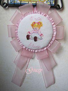 fiocco nascita Cross Stitch Borders, Cross Stitch Alphabet, Cross Stitch Baby, Baby Shower Crafts, Happy Birthday Baby, Welcome Baby, Sewing Hacks, Applique, Birthdays
