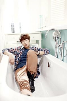 Group leader, Yoon Doo Joon 윤두준 from Beast 비스트, was born July 4, 1989 making him the oldest member.