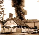 Fogo na Metalúrgica Wetzel, no dia 27 de novembro de 1977 Cabin, House Styles, Building, Travel, Home Decor, Santa Catarina, Fire, November Born, Viajes