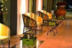 Entrata con divanetti e tavoli da fumo decorati da cassette colorate decorate con rami di abete e palline (Natale 2012)