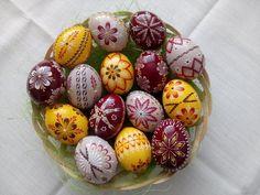 ručné práce | KRASLICE Coloring Easter Eggs, Egg Coloring, Cute Easter Bunny, Egg Decorating, Wax, Christmas Crafts, Handmade, Patterns, Easter Eggs