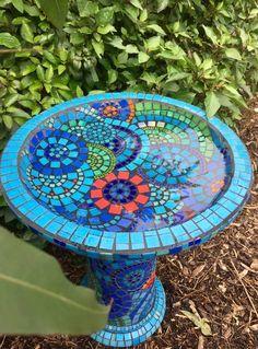 15 Beautiful Bird Bath Design Ideas on Your Home Yard 15 Mosaic Birdbath, Mosaic Garden Art, Mosaic Diy, Mosaic Glass, Mosaic Ideas, Stained Glass, Diy Bird Bath, Bird Bath Garden, Paint Garden Pots