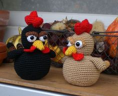 Amigurumi: black chicken & golden chicken-link to free pattern on the page Crochet Diy, Crochet Birds, Crochet Amigurumi, Easter Crochet, Amigurumi Patterns, Crochet Animals, Crochet Crafts, Crochet Dolls, Yarn Crafts