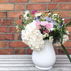 Meine Schwiegermutter hat mir einen bunten Strauß Blumen aus ihrem Garten vorbei gebracht! Jedes mal denke ich schöner geht's nicht ...und der nächste Strauß ist dann wieder anders schön!