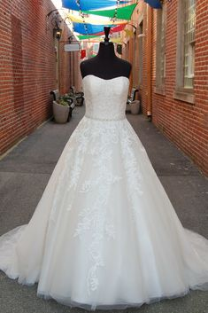 Ellen S Dress Bridal Boutique Offers Gowns Bridesmaids Dresses Tuxedos Wedding Suits And Prom Within An Upscale In