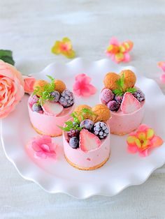 「イチゴのアイスケーキ」あいりおー | お菓子・パンのレシピや作り方【cotta*コッタ】 Mini Desserts, Small Desserts, Plated Desserts, Dessert Recipes, Weight Watcher Desserts, Cute Food, Yummy Food, Mini Fruit Tarts, Low Carb Dessert